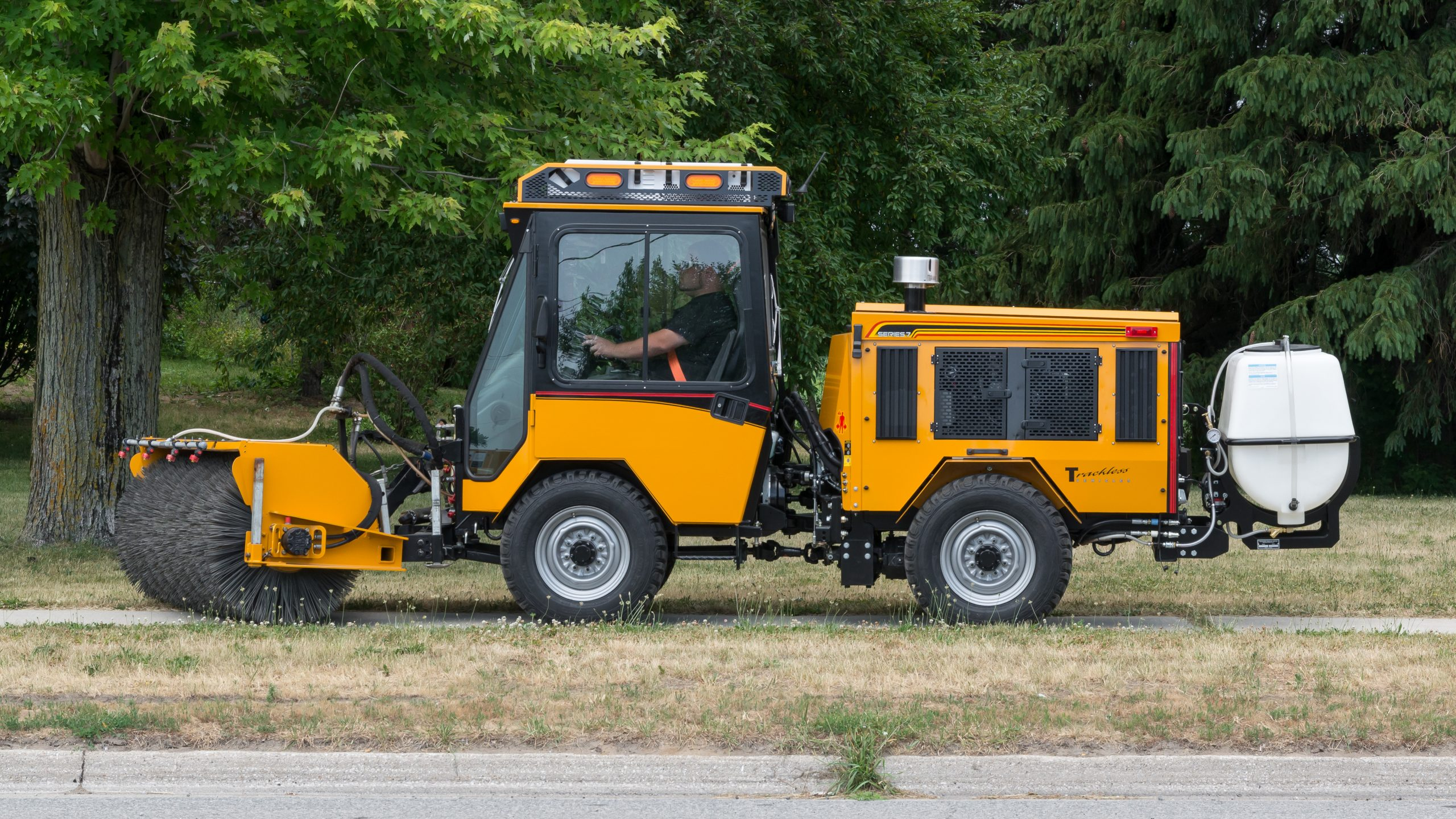 trackless vehicles power angle sweeper with spray bar option on mt7 with water tank